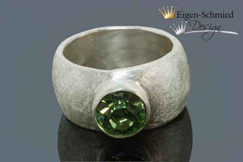 "Kleinesbild - Goldschmiede Silberring ""matt finished L"" in 925er Sterling Silber, Swarovski Smaragd grün, massiv, breiter Ring, handgefertigt, Solitär, Solitäring, Verlobung, Verlobungsring"