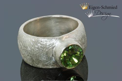 "- Goldschmiede Silberring ""matt finished L"" in 925er Sterling Silber, Swarovski Smaragd grün, massiv, breiter Ring, handgefertigt, Solitär, Solitäring, Verlobung, Verlobungsring - Goldschmiede Silberring ""matt finished L"" in 925er Sterling Silber, Swarovski Smaragd grün, massiv, breiter Ring, handgefertigt, Solitär, Solitäring, Verlobung, Verlobungsring"