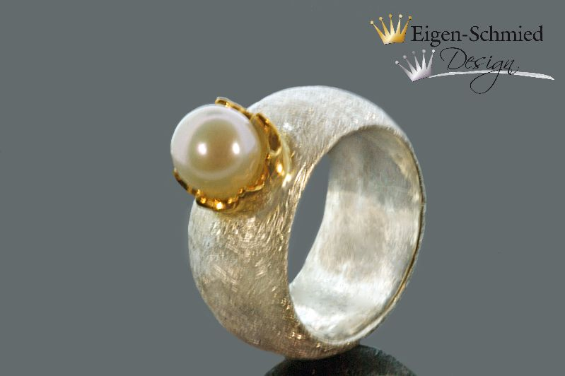 "- Perlenring "" to be crowned pearl"", Ring, Silberring, Krone, Perle, Liebe, Silberschmuck, Goldschmiedearbeit, breiter Silberring, mit Perle - Perlenring "" to be crowned pearl"", Ring, Silberring, Krone, Perle, Liebe, Silberschmuck, Goldschmiedearbeit, breiter Silberring, mit Perle"