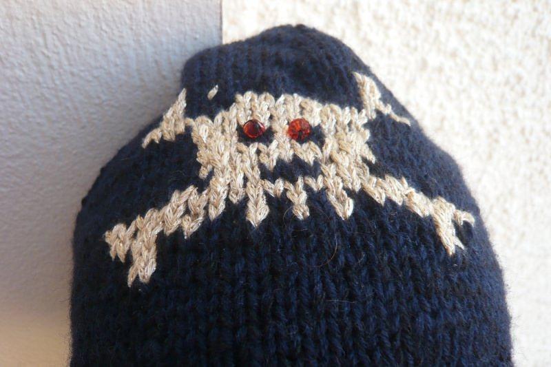 Kleinesbild - Ausergewöhnliche handgestrickte schwarze Mütze mit Einstrickmuster