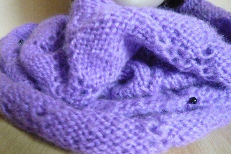 Kleinesbild - Handgestrickter verspielter lila Schlauchschal mit Perlen,