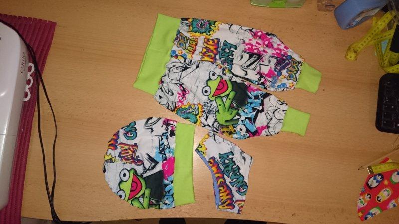- SparSet Kinder Junge Baby Tuch, Mütze & Pumphose Frosch Wunschgröße 44-164  - SparSet Kinder Junge Baby Tuch, Mütze & Pumphose Frosch Wunschgröße 44-164