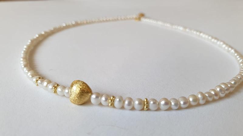 Kleinesbild - Aparte feine weiße Perlenkette aus Keshiperlen mit goldenem Herz