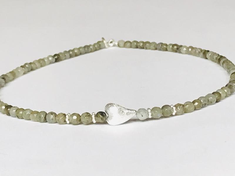 - Feine Labradoritkette aus 4 mm großen Edelsteinen mit einem dekorativen Herz aus 925erSilber  - Feine Labradoritkette aus 4 mm großen Edelsteinen mit einem dekorativen Herz aus 925erSilber