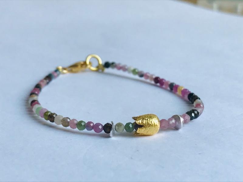 Kleinesbild - handgefertigtes elegantes Armband aus bunten, 3 mm großen, facettierten Turmalinen mit goldener Krone