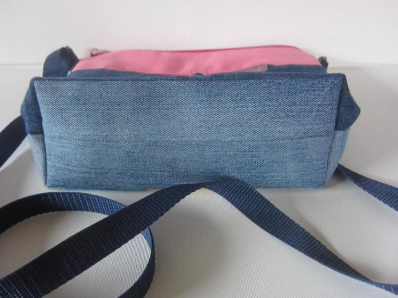 Kleinesbild - HANNI Schöne kunterbunte Patchworktasche aus ausgedienten Jeans, Futterstoff aus einem abgelegten Herrenhemd