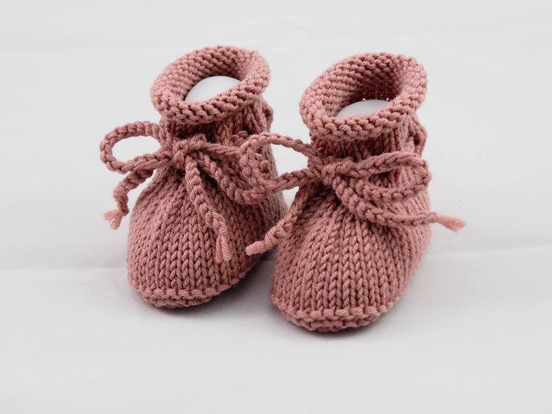 Kleinesbild - gestrickte Babyschuhe 0-3 Monate in dunkelrosé aus Wolle von Hand gestrickt für Mädchen
