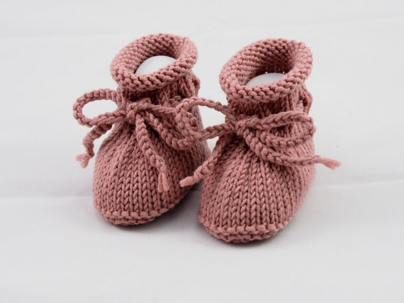 - gestrickte Babyschuhe 0-3 Monate in dunkelrosé aus Wolle von Hand gestrickt für Mädchen - gestrickte Babyschuhe 0-3 Monate in dunkelrosé aus Wolle von Hand gestrickt für Mädchen