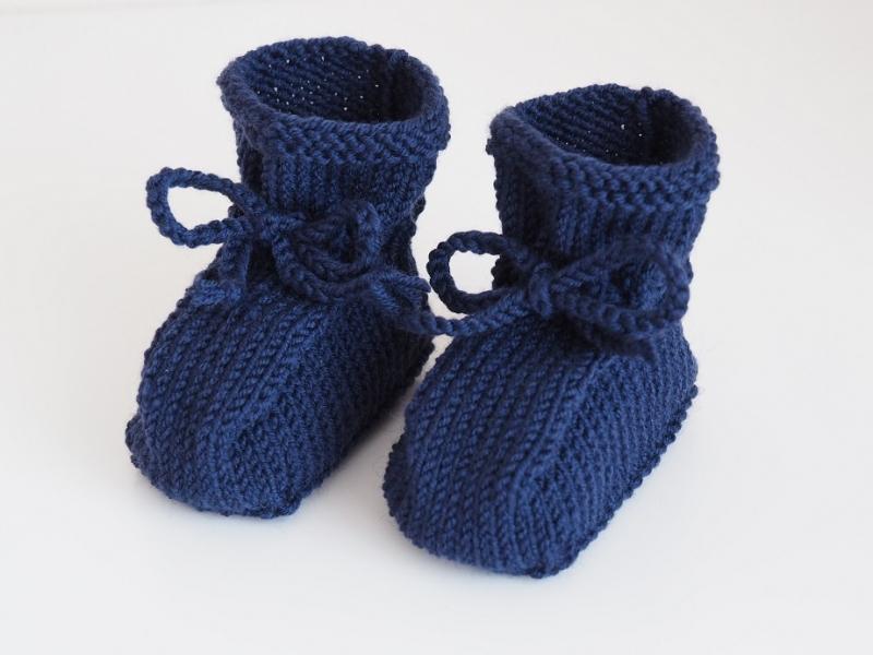 - gestrickte Babyschuhe in dunkelblau aus Wolle für Mädchen und für Jungen von 3-6 Monaten  - gestrickte Babyschuhe in dunkelblau aus Wolle für Mädchen und für Jungen von 3-6 Monaten