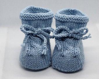 - hellblaue Babyschuhe 0-3 Monate gestrickt aus Wolle mit Zopfmuster - hellblaue Babyschuhe 0-3 Monate gestrickt aus Wolle mit Zopfmuster