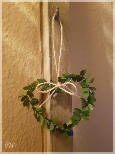 - Mini-Kranz Herz 9 cm aus künstlichen Buchsbaumblättern mit Juteband als Anhänger oder Wanddekoration - Mini-Kranz Herz 9 cm aus künstlichen Buchsbaumblättern mit Juteband als Anhänger oder Wanddekoration