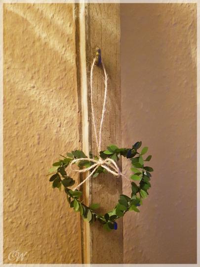 Kleinesbild - Mini-Kranz Herz 9 cm aus künstlichen Buchsbaumblättern mit Juteband als Anhänger oder Wanddekoration