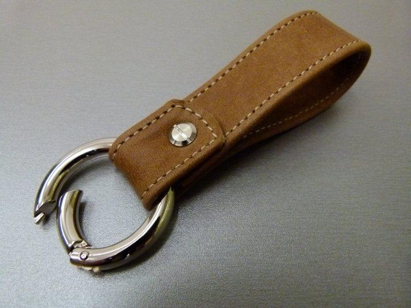 Kleinesbild - Schlüsselanhänger in Leder mit Namen gestickt und Rund-Karabiner
