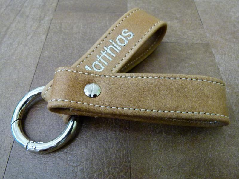 - Schlüsselanhänger in Leder mit Namen gestickt und Rund-Karabiner  - Schlüsselanhänger in Leder mit Namen gestickt und Rund-Karabiner