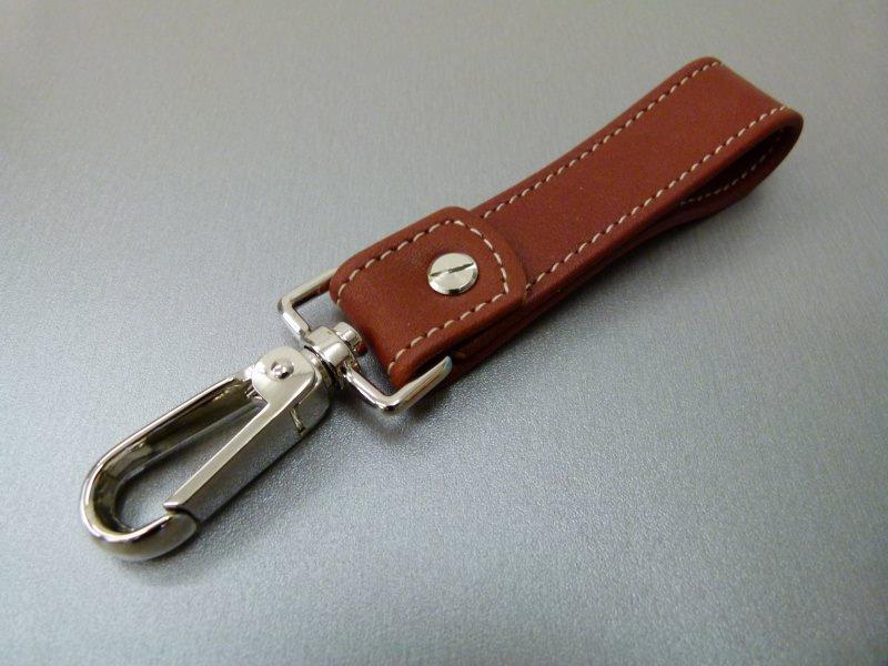 Kleinesbild - Schlüsselanhänger in Leder ohne Namen und Karabiner groß