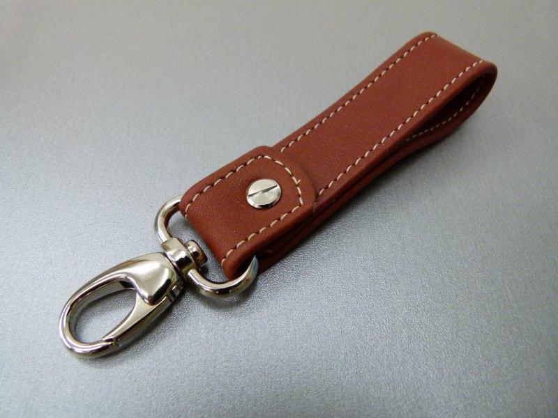 Kleinesbild - Schlüsselanhänger in Leder ohne Namen und Karabiner klein