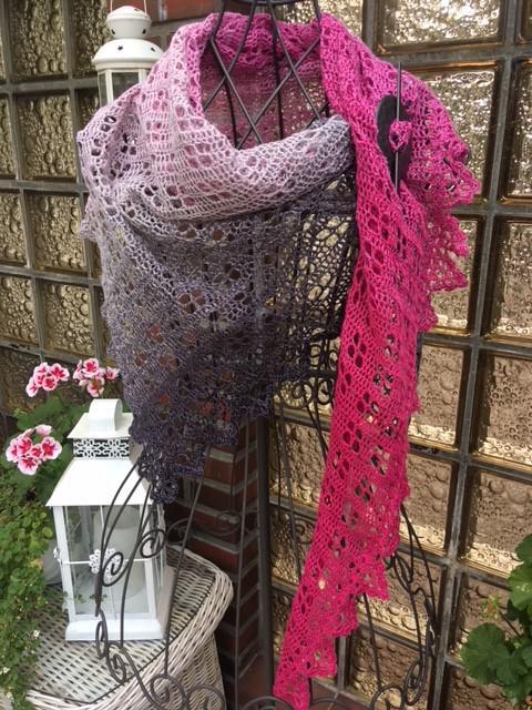 Kleinesbild - Lacetuch *MAINAU* gehäkeltes Schultertuch im Farbverlauf pink-grau-schwarz