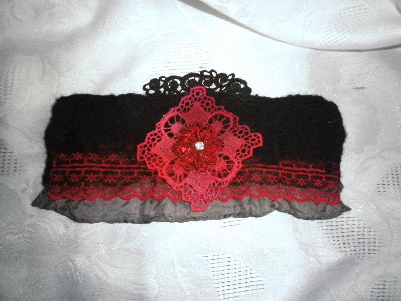 Kleinesbild - Filzarmband, Armband mit Seide und Spitze in schwarz rot, Manschette, Pulswärmer, Stoffarmband, Textilarmband