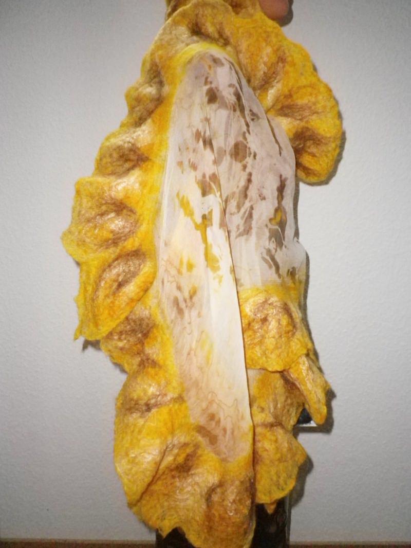 Kleinesbild - Handgefärbter Nunofilzschal mit Rüschen, Seidenschal, Filzschal in Gelb