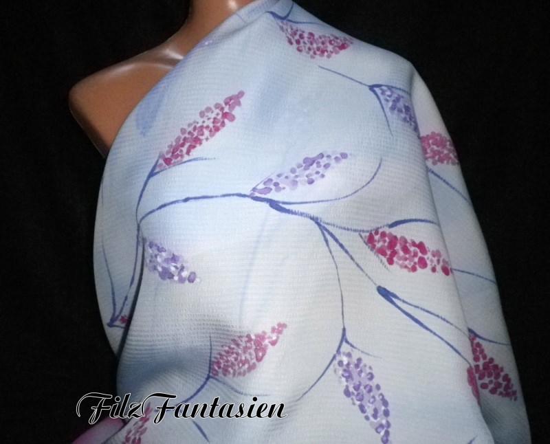 - Handbemaltes Seidentuch, blassblaues Halstuch mit zarten Blüten - Handbemaltes Seidentuch, blassblaues Halstuch mit zarten Blüten