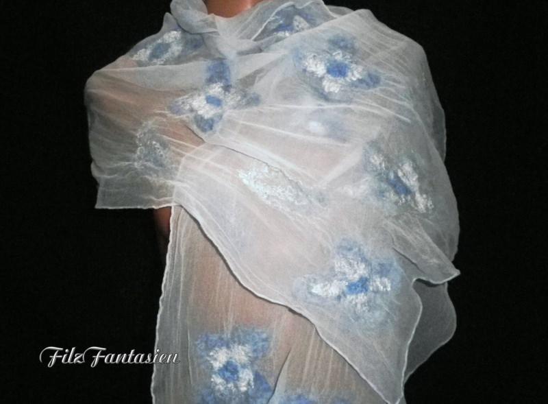 - Nunofilzschal, Seidenschal, befilzter Schal, Chiffonschal in Blau, blassblaue Stola mit gefilzten Blüten  - Nunofilzschal, Seidenschal, befilzter Schal, Chiffonschal in Blau, blassblaue Stola mit gefilzten Blüten