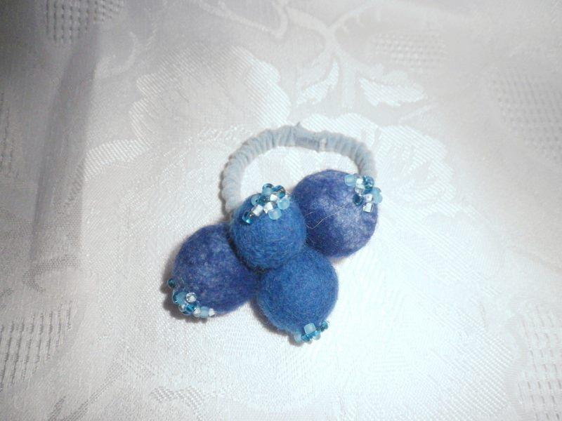 Kleinesbild - Haarschmuck aus Filz, Haargummi mit Perlen, gefilzter Zopfgummi