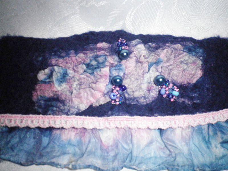 Kleinesbild - Filzarmband, Armband mit Seide, Perlen und Rüschen in Blau, Manschette, Textilarmband, Stoffarmband