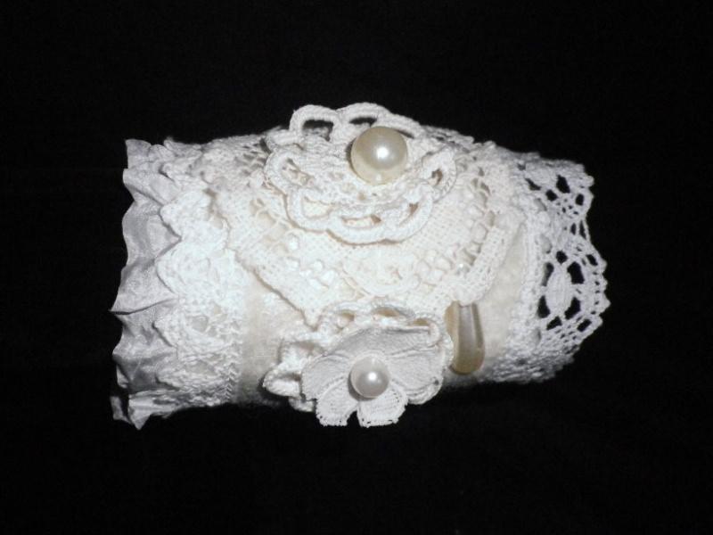 Kleinesbild - Filzarmband, Armband mit Seide, Perlen und Spitze in Weiß, Manschette , Stoffarmband, Textilarmband