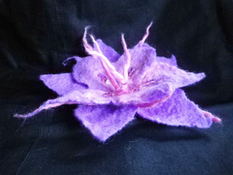 Kleinesbild - Haarschmuck aus Filz, gefilzte Haarblüte, große Filzblüte