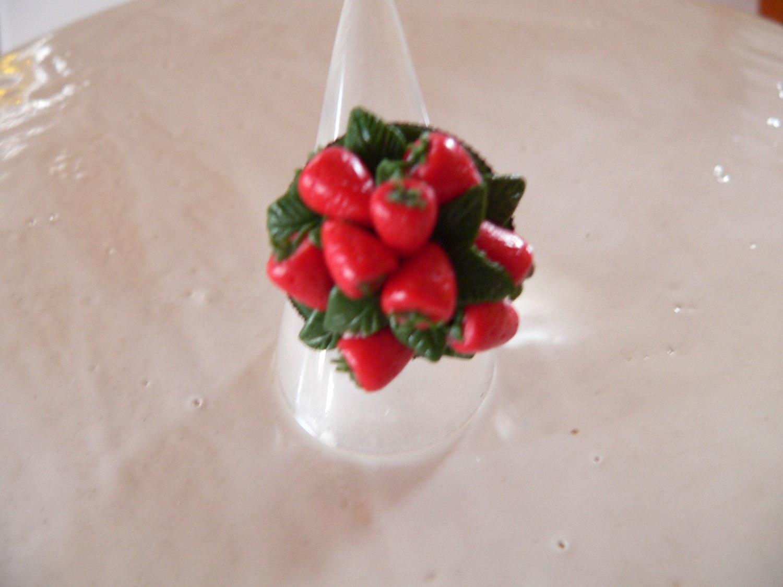 - Ring mit handmodellierten Erdbeeren aus Fimo Polymer Clay  - Ring mit handmodellierten Erdbeeren aus Fimo Polymer Clay