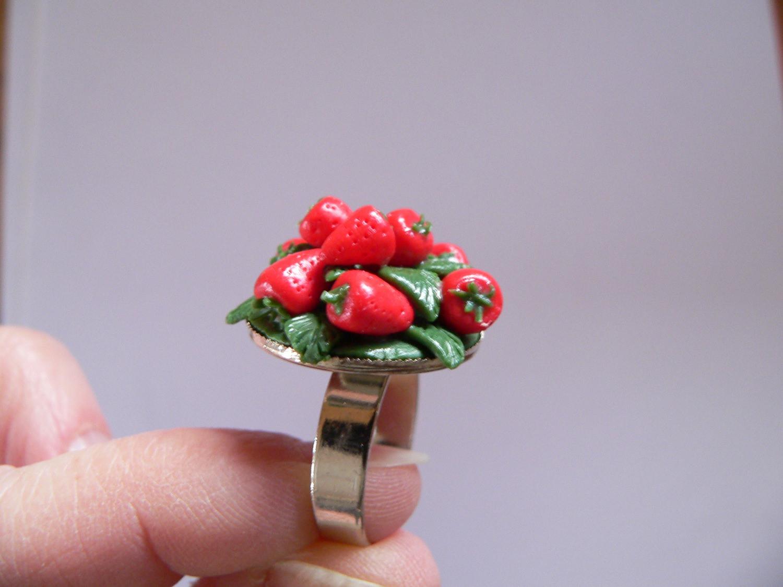 Kleinesbild - Ring mit handmodellierten Erdbeeren aus Fimo Polymer Clay