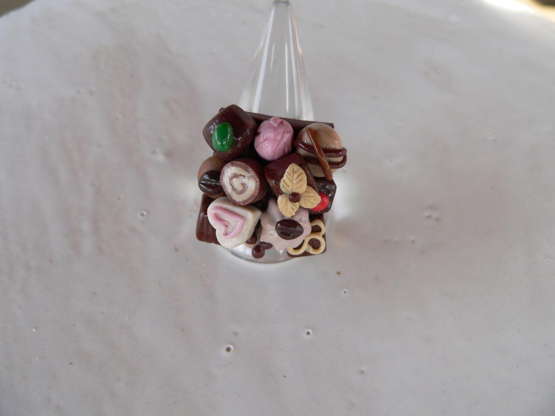 Kleinesbild -  Fingerring mit Pralinen in miniatur Fimo Polymer clay modelliert witziger Ring
