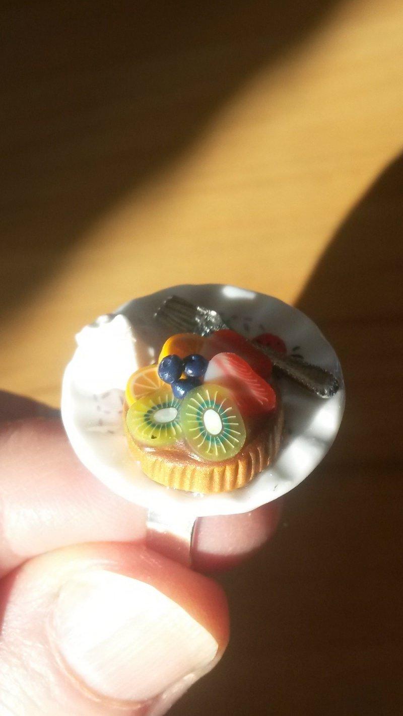 Kleinesbild - Ring Obsttörtchen aus Fimo auf Teller Fingerring ausgefallener Schmuck