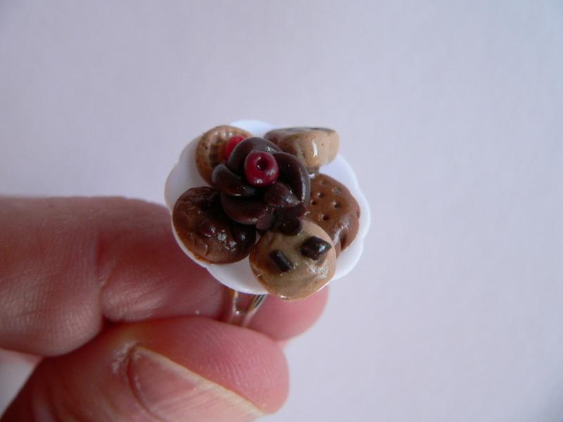 -  Ring mit Keksen in miniatur  auf Teller Fimo Polymer clay handmodelliert  -  Ring mit Keksen in miniatur  auf Teller Fimo Polymer clay handmodelliert