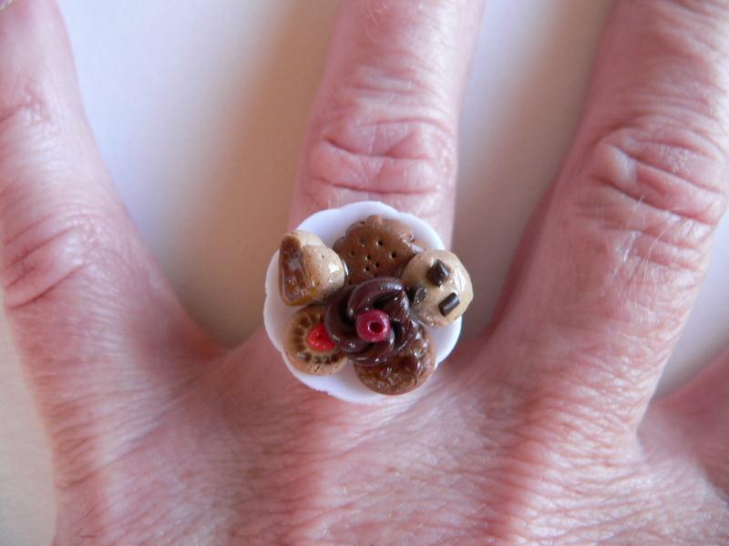 Kleinesbild -  Ring mit Keksen in miniatur  auf Teller Fimo Polymer clay handmodelliert