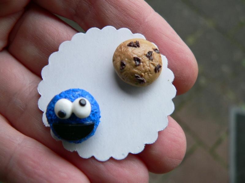 Kleinesbild - Ohrstecker  blaues Keksmonster mit Keks Ohrringe wiziger Ohrschmuck handmodelliert Fimo Polymer Clay