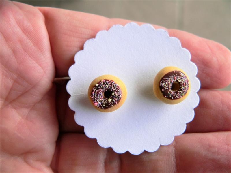 Kleinesbild - Ohrstecker Donut braun mit bunten Streuseln Ohrringe handmodelliert aus Fimo   Ohrschmuck aus Polymer Clay