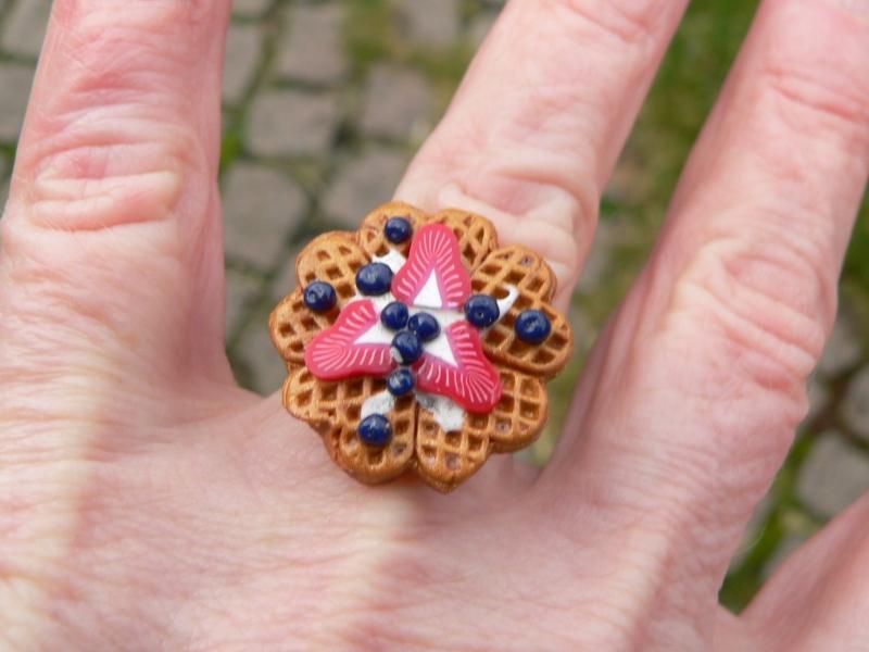 Kleinesbild -  Ring Waffel mit Heidelbeeren und Erdbeeren aus Fimo handmodelliert