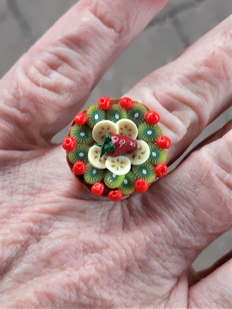 Kleinesbild - Ring Obsttorte modelliert aus Fimo belegter Tortenboden witziger Candyschmuck aus Polymer Clay