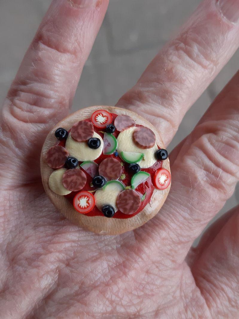 Kleinesbild -  Fingerring Pizza Salami Ring witziger Schmuck aus Fimo Polymer Clay