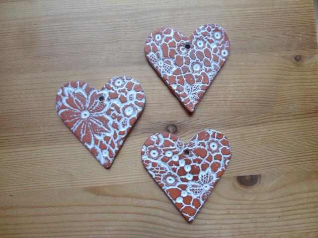 - Keramikherzen braun-weiß, 3er-Set, Dekoobjekte  - Keramikherzen braun-weiß, 3er-Set, Dekoobjekte