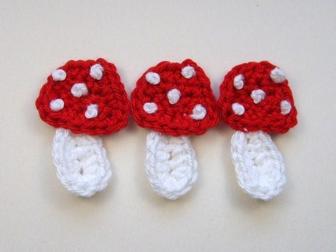- 3 Fliegenpilze aus Baumwollgarn gehäkelt in rot - 3 Fliegenpilze aus Baumwollgarn gehäkelt in rot