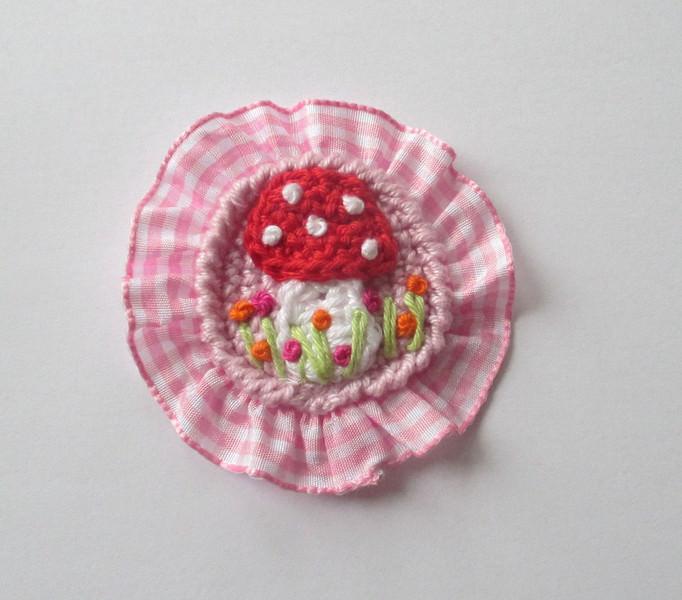 - Aufnäher Fliegenpilz gehäkelt in rosa,weiß und rot mit rosa Rüsche  - Aufnäher Fliegenpilz gehäkelt in rosa,weiß und rot mit rosa Rüsche