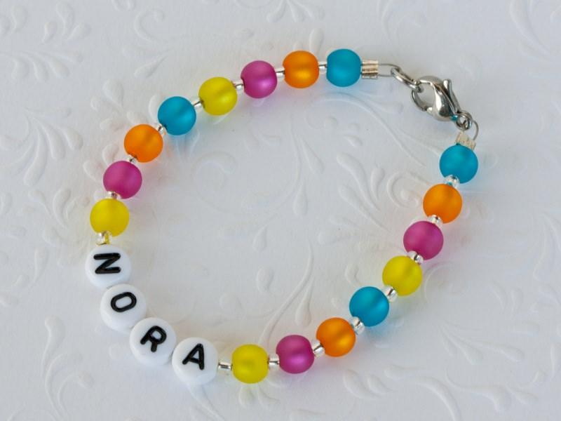 Kleinesbild - Namensarmband aus Polarisperlen: ~ Nora ~