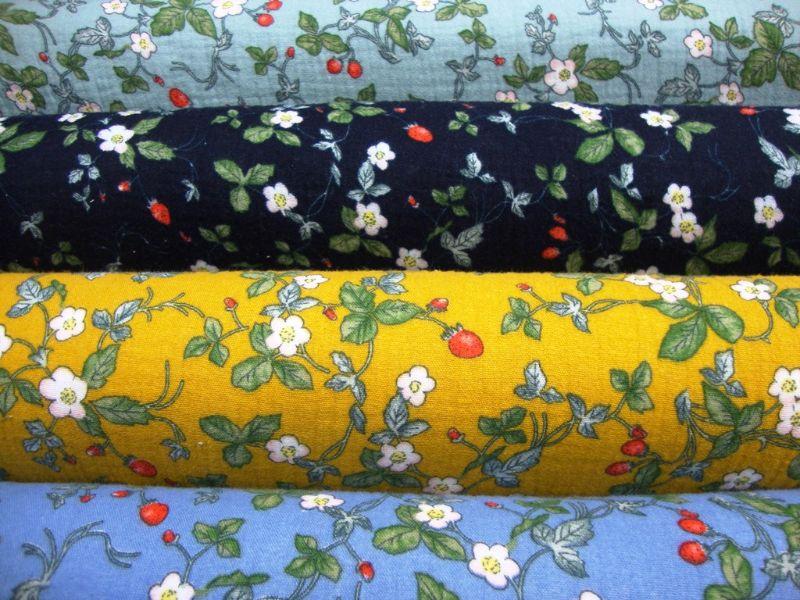 Kleinesbild - Stoff Baumwolle Musselin Blüten Blätter und Erdbeeren Design senfgelb grün rot weiß Blusenstoff Spucktuch Kleiderstoff Walderdbeeren