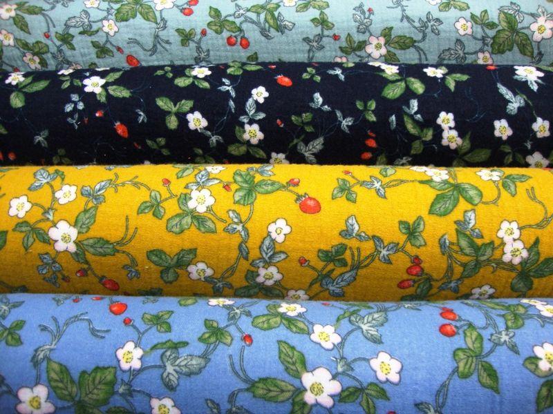 Kleinesbild - Stoff Baumwolle Musselin Blüten Blätter und Erdbeeren Design mint grün rot weiß Blusenstoff Spucktuch Kleiderstoff Walderdbeeren