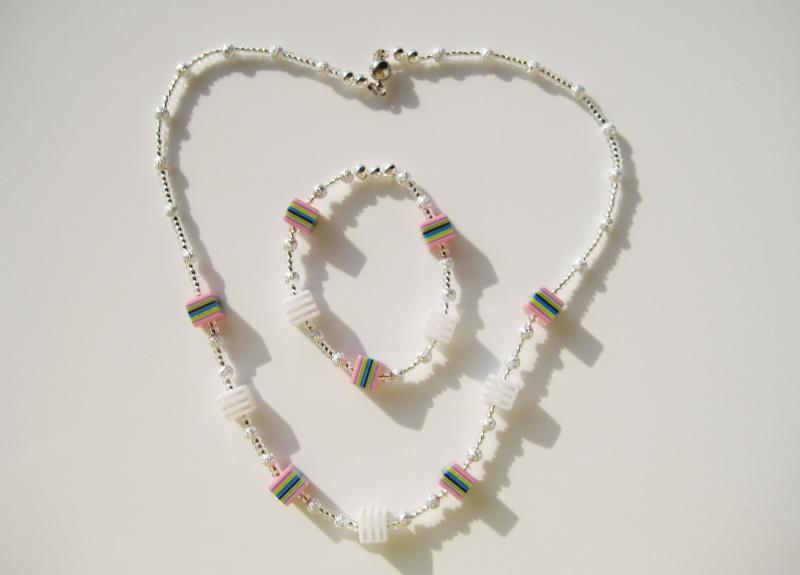 - Schmuckset mit Kette und Armband mit bunten Würfeln - Schmuckset mit Kette und Armband mit bunten Würfeln