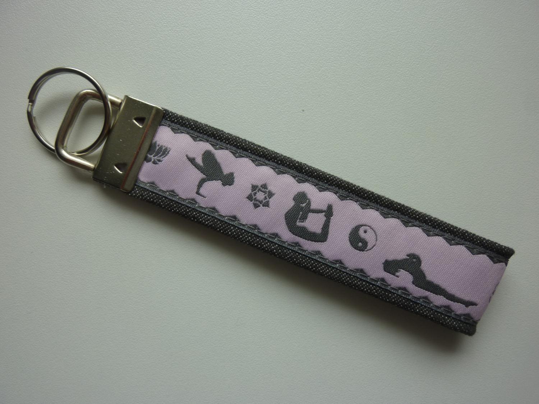 Kleinesbild - Schlüsselanhänger Yoga in grau und rosa