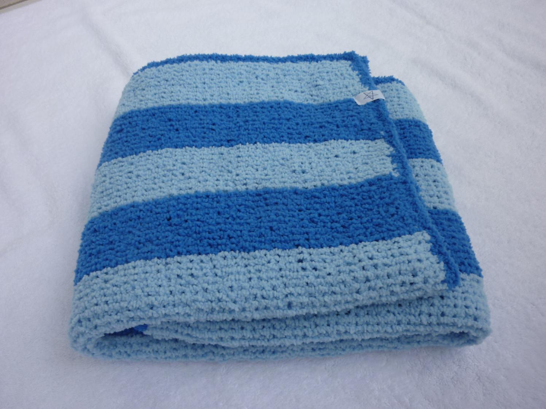 Kleinesbild - Babydecke 81 x 81 cm flauschig weich Kinderwagendecke Krabbeldecke Decke handgestrickt blau hellblau gestreift