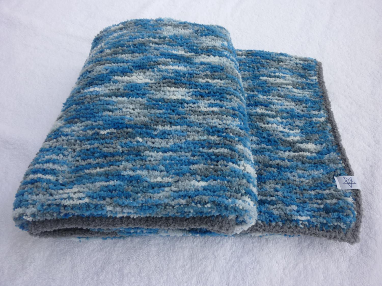 Kleinesbild - Babydecke 80 x 80 cm flauschig weich Kinderwagendecke Krabbeldecke Decke handgestrickt blau grau weiß gemustert
